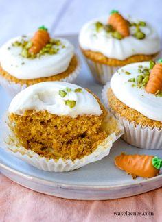 Rezept: Möhrenmuffins mit Cream Cheese Frosting und Pistazien   waseigenes.com Marzipan, Cupcakes, Food And Drink, Breakfast, Minis, Blog, Pistachios, Food And Drinks, Food Food