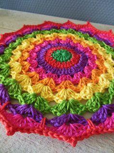 Crochet mandala doily thingy - gorgeously colourful and interesting increase pattern Crochet Diy, Crochet Round, Love Crochet, Crochet Crafts, Crochet Doilies, Crochet Flowers, Crochet Projects, Crochet Mandala Pattern, Crochet Circles