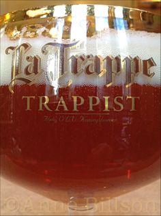 La Trappe Quadrupel, 10% (een Nederlandse trappist): Le Bar, Amerikanse Straat, Elsene. Belgium, Wine Glass, Alcoholic Drinks, Bar, Tableware, Alcoholic Beverages, Dinnerware, Dishes, Place Settings