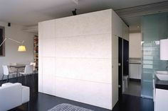 Volume da cozinha americana pode ser um blocão fechado, e os paineis revelam a cozinha na parte do balcão