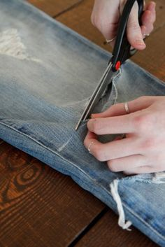 3 ways to cut jean shorts Just did this turned out great! How To Make Ripped Jeans, Diy Ripped Jeans, Cut Out Jeans, How To Make Shorts, Diy Arts And Crafts, Diy Craft Projects, Diy Crafts To Sell, Sewing Projects, Cut Jean Shorts