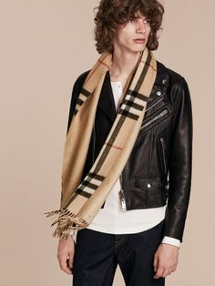 A Scottish-made Burberry cashmere scarf to adapt to your style, designed in check and woven with a subtle metallic reverse.