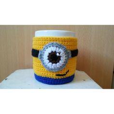 Taza Con Cubre Taza A Crochet Minions Crochet Planter Cover, Crochet Coffee Cozy, Mug Cozy, Crochet Accessories, Crochet Designs, Couture, Crochet Projects, Knit Crochet, Coin Purse
