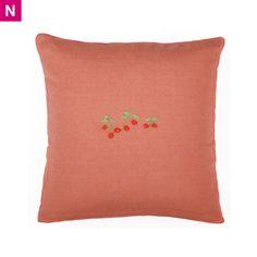 Petit coussin rouge brique, carré et brodé de cerises Mimi'lou, un bon plan neuf cote-enfants.com