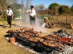 gaucho y asado, una pareja perfecta¡¡¡  en algun campo de Argentina, y se ve que los comensales eran numerosos, a juzgar x las parrillas