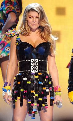 This Lego dress worn by Fergie at Nickelodeon's Annual Kid's Choice Awards. The dress was constructed of Lego by L. Black Eyed Peas, Kids Choice Award, Choice Awards, Funky Dresses, Diy Mode, Lego Creations, Legos, Fascinator, Dress Making