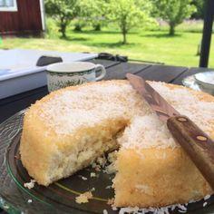 Saftig sockerkaka med kokos och smält vaniljsmörkräm