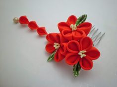 scarlet+triple+flowers+tsumami+kanzashi+hair+comb+with+sagari+dangle_1.JPG (1600×1200)