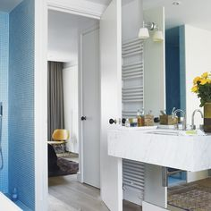 Banheiro Branco e Azul
