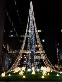 今日は朝イチから終日慌ただしい一日でストレスはマックスでしたが仕事帰りに福岡銀行本店の前を通るとキレイなイルミネーションが点灯しているのを見ながら至福のひと時を  今年のテーマは宙庭そらにわだそうですシャンパンゴールドのイルミネーションタワーとともに天空の庭を歩いているような光の演出に癒されました()v tags[福岡県]