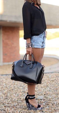 Calções ganga clara + camisa preta + sandálias pretas