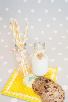 Decoración fiestas. Botellitas de cristal estilo vintage. Pajitas de papel rayas amarillas. Cintas de tela imprescindibles. Cuerdas Baker's Twine.