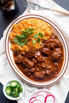 Chile Colorado es un plato de México con salsa roja y carne de vaca. El plato es auténtico. La carne se come con frijoles y arroz. Puedo comer la comida en el restaurante con sus amigos.