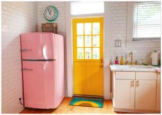 Hello Spring: Classic Spring Colors in The Kitchen - All For House İdeas Big Chill, Retro Home Decor, Diy Home Decor, Decor Room, Layout Design, Design Design, Interior Design, Casa Retro, Vintage Kitchen