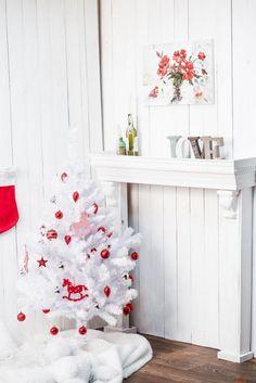 petit sapin de Noël artificiel et blanc décoré de boules de Noël rouges et pendentifs chevaux rouges