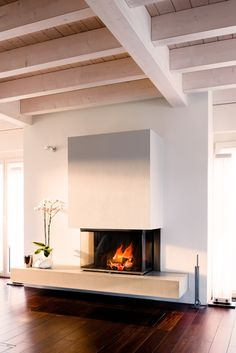 A floating fire has its viewers eyes protected. As a panorama kami Home contemporary fireplace design Modern Fireplace Decor, Wood Fireplace Surrounds, Floating Fireplace, Contemporary Fireplace Designs, Tv Above Fireplace, Fireplace Tile Surround, Modern Contemporary Living Room, Fireplace Hearth, Home Fireplace