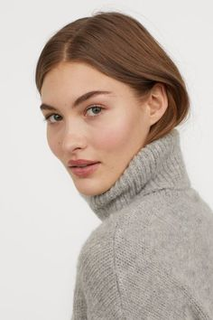 Page of Grace Elizabeth: fashion news, photos and videos of the model on Kendam. Long Bob Hairstyles For Thick Hair, Beach Makeup, Grace Elizabeth, Famous Models, Girls With Glasses, Polo Neck, Victoria Secret Fashion Show, Beautiful Celebrities, Beautiful People