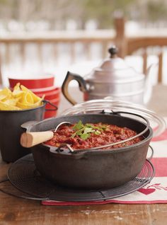 23 of best chili recipes that will make a winner at your next tailgate party. Chili recipes including classic con carne, vegan, chicken chili, and more! Classic Chili Recipe, Best Chili Recipe, Chilli Recipes, Meat Recipes, Snack Recipes, Dinner Recipes, Freezable Recipes, Crockpot Recipes, Ricardo Recipe