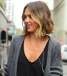 The New Way to Brighten Up Your Brunette Hair This Spring - - The New Way to Brighten Up Your Brunette Hair This Spring Jessica Alba's short brunette hair with blond highlights 2015 Hairstyles, Pretty Hairstyles, Short Brunette Hairstyles, Modern Bob Hairstyles, Blonde Balayage, Blonde Highlights, Jessica Alba Highlights, Bronde Lob, 2015 Hair Color Trends