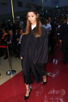 韓国・ソウル(Seoul)の東国大学校(Dongguk University)で行われた秋季学位記授与式で、功労賞を受賞したガールズグループ「少女時代(Girls' Generation、SNSD)」のソヒョン(Seohyun、2014年8月21日撮影)。(c)STARNEWS ▼26Aug2014AFP 少女時代ソヒョン、大学卒業式で功労賞を受賞 http://www.afpbb.com/articles/-/3024074