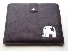 Schlichte Tablet-PC Tasche, passend für iPad aus Leder. Mit Motiv Elefant und kleinem Stern.  Diese kommt in dunkellila-weiß zum SALE-Preis (20% Rabatt!). Sonderanfertigungen möglich!