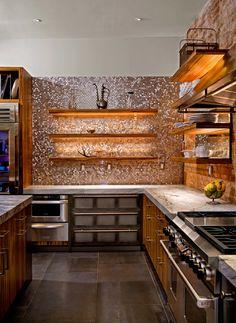 Светодиодная подсветка для кухонных шкафов: как выбрать, особенности монтажа и 65 универсальных идей http://happymodern.ru/podsvetka-dlya-kuhni-pod-shkafy-svetodiodnaya/ Стильная подсветка металлической мозаики с помощью светодиодных лент на открытых полках