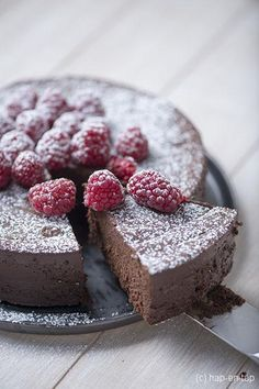 ) - This decadent chocolate cake is decadently high in calories and is sinfully delicious. Decadent Chocolate Cake, Chocolate Pies, Chocolate Raspberry Cheesecake, Caramel Cheesecake, Homemade Pastries, Thermomix Desserts, Chocolate Shavings, Great Desserts, No Bake Cake