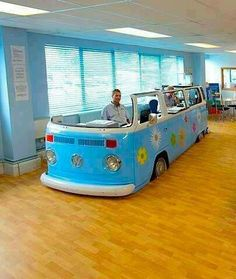 VW bus office cubicle or reception desk Volkswagen Bus, Vw Camper, Volkswagen Beetles, Car Furniture, Automotive Furniture, School Furniture, Combi Wv, Vw Vintage, Library Design