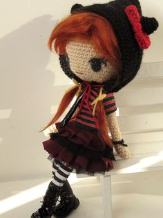 Of course (^^) I had to crochet a doll inspired by new Luna Rock doll! This time I did not crochet her hair, as I thought this red wig would be perfect for her......and it was faster to do!^^