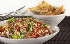 Pastasalat med grønt og bacon En cremet pastasalat med masser af smag fra grønsager, bacon og friskost.