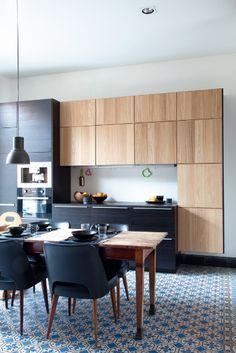 Cuisine noire et bois très moderne et un joli contrat se avec les carreaux imprimés au sol | black and Wood modern kitchen printed tiles