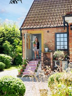A beautiful cottage in Sweden Porch And Balcony, Porch Garden, House With Porch, House Front, Style Cottage, Old Cottage, Cottage Homes, Danish House, Swedish House