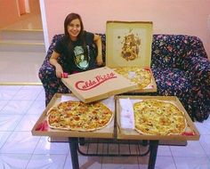 Admit it, pizza is just too glorious for you not to love. Sharing this love with your family or a bunch of your closest friends beats anything else. ☝  There is no greater feeling than being able to bond with your family while enjoying a delectable Calda Pizza.  #CaldaPizzaCDO #everydaycalda #pizza  ➜ http://www.caldapizzacdo.com/menu-list/