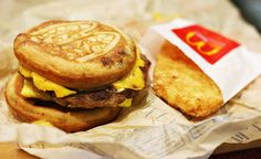 McGriddle & Hashbrown : The King of Fast Food Breakfast. Fast Food Breakfast, Mcdonalds Breakfast, Breakfast Plate, Delicious Breakfast Recipes, Yummy Food, Great Recipes, Favorite Recipes, Sausage And Egg, Food Goals