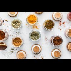 Voici une liste d'ingrédients de base à avoir dans une cuisine. Great Recipes, Healthy Recipes, Food Hacks, Food Tips, Baking Tips, I Foods, Spices, Voici, Cooking