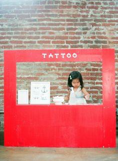 ¡Maravillosos dias de verano! Hemos visto puestos de helados, de limonada, de fruta… pero este de tatuajes es lo más de lo más!!!!