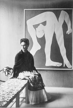portrait of Frida Kahlo by Manuel Álvarez Bravo in front of Picasso-L-Acrobat Diego Rivera, Pablo Picasso, Famous Artists, Great Artists, Frida E Diego, Arte Popular, Oeuvre D'art, Oeuvres, Art History
