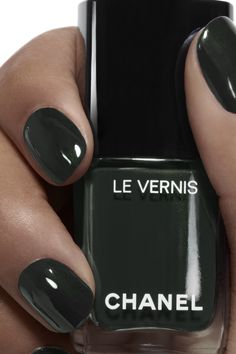 Semi-permanent varnish, false nails, patches: which manicure to choose? - My Nails Chanel Nail Polish, Chanel Nails, Best Nail Polish, Chanel Chanel, Chanel Makeup, Pink Nail Colors, Nail Polish Colors, Nail Colour, Spring Nails