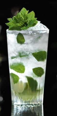 It's happy hour! Time to relax and enjoy a mojito with fresh mint picked from Droponic. Virgin Cocktails, Virgin Mojito, Bacardi, Mojito Cocktail, Fresh Mint, Fresh Green, Beverages, Drinks, Creative Food
