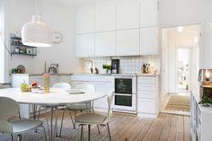 Nyrenoverat kök i vitt och ask