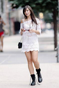 Daisy Lowe. L amodelo Daisy Lowe, con mini vestido de crochet blanco y botas militares, en Nueva York.
