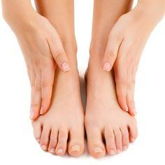 Cómo curar los hongos de las uñas de los pies. Se conoce como onicomicosis la invasión de hongos en las uñas, una afección que causa la aparición de manchas amarillas y un aspecto desagradable de estas. Es más común que esto se produzca en las uña...