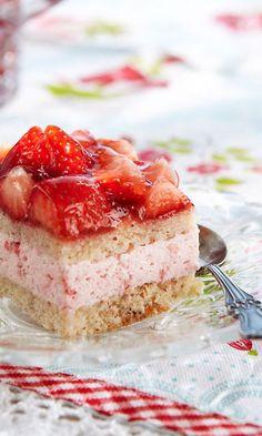 Jogurt torta s jagodama Rhubarb Desserts, Custard Desserts, Delicious Desserts, Yummy Food, Refreshing Desserts, Cupcake Cakes, Cupcakes, Chocolate Strawberry Cake, Rhubarb And Custard