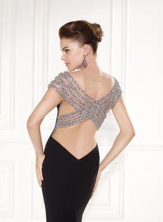 Detalle de la sofisticada espalda con tiras cruzadas del modelo Royal de Tarik Ediz moda 2015