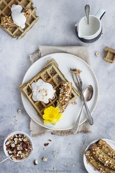 Healthy matcha waffles with coconut cream and fried bananas Fried Bananas, Cheat Meal, Pancakes And Waffles, Waffle Recipes, Coconut Cream, Sugar Free, Great Recipes, Food And Drink, Meals