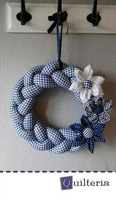 Braided fabric wreath and hand sewn flowers (needs translation, but it has good instructional photos) Wreath Crafts, Diy Wreath, Diy And Crafts, Christmas Crafts, Arts And Crafts, Advent Wreath, Fabric Crafts, Sewing Crafts, Couronne Diy