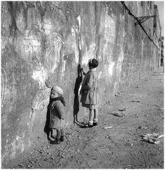 Photo Detail - Silver print by Robert Doisneau - My First Teacher, Villejuif, France Robert Doisneau, Vintage Photographs, Vintage Photos, Street Photography, Art Photography, Henri Cartier, Fotografia Social, Grafik Art, Andre Kertesz
