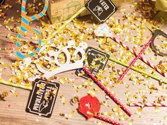 Wie funktioniert die Fotobox? Party on! Mit den richtigen Fotobox Utensilien rockt die Hochzeitsfeier.  Photobooth Probs machen Stimmung, besonders als kostenloser Download. Sichert Euch jetzt unsere Vorlage zum selber machen. #diy #fotobox #accessoires #party #hochzeit #fun #braut #entertainment