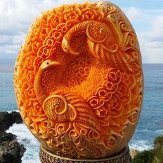 Der Italiener Daniele Barresi ist ein wahrer Meister der Carving-Kunst. In Seifen, Käse und vor allem Obst und Gemüse schnitzt der…