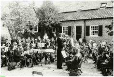0210695 Coll. Warnar: Harmonie Sint Cecilia:Binnenplaats Kasteel Zondagmiddag in 1995.
